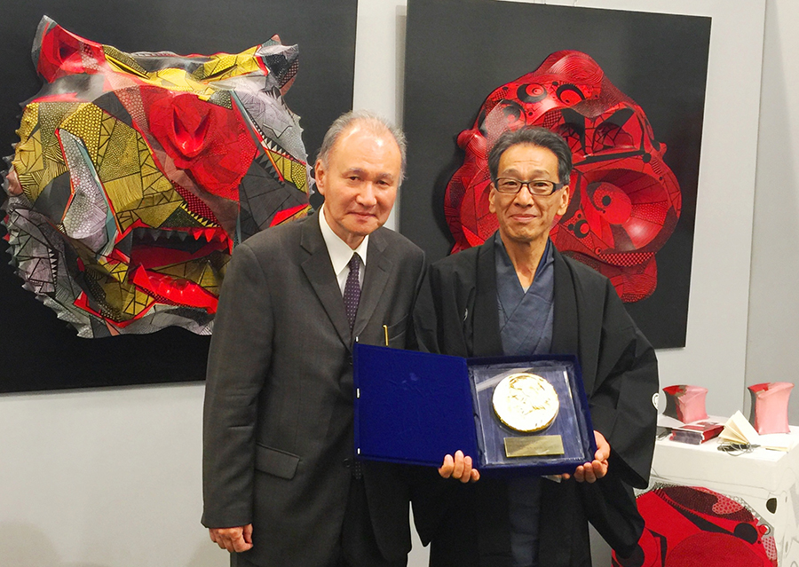 大賞に輝いた作品『TORA』(奥左)の前で、團名保紀・群馬大学名誉教授(左)と記念撮影