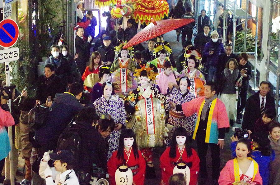 堂島北新地を練り歩く約200人の龍の巡行