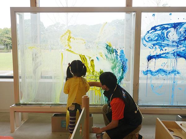 アトリエゾーンでは、巨大ガラス面にお絵描きできたり、粘土遊びも