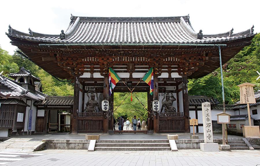 安産、厄除け、縁結び、福徳のお寺として知られる石山寺。季節の美しい花々が楽しめ、花の寺としても有名