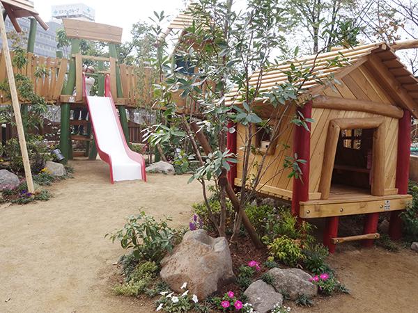 自然遊びゾーンは、ドイツの木製大型遊具を中心に季節の花々を植えたお庭