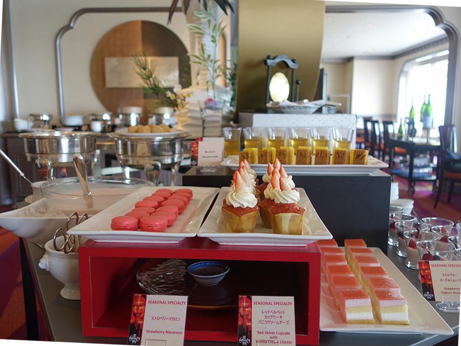 スイーツコーナーにはホテルペイストリーからのヨーグルトムース、カップケーキ、マカロンも