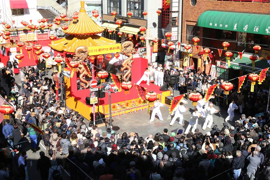 ステージでは連日、太極拳や中国舞踊などが行われる