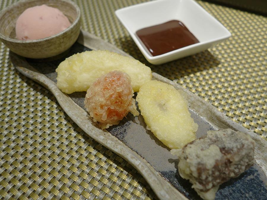 4種の天ぷら、いちごのアイス、チョコソース、アクセントとなるスプレーチョコがセットに