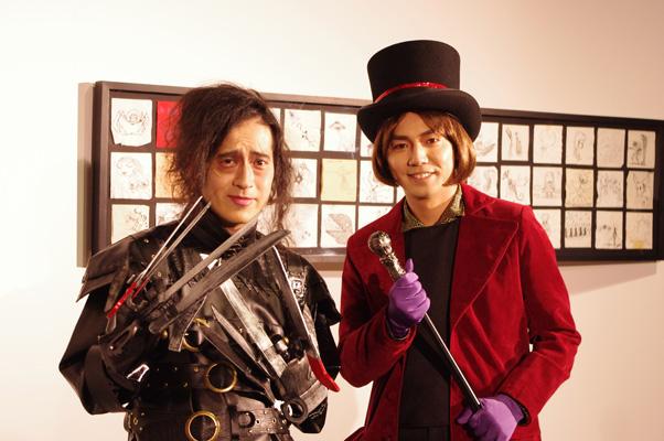 作品の衣装を身にまとった、オフィシャルサポーターを務めるお笑いコンビ・ピースの綾部祐二と又吉直樹