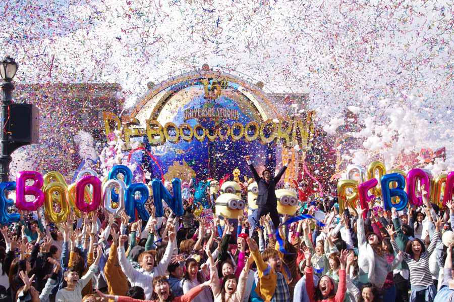 開幕事前イベントでも、大量の泡や紙吹雪でやり過ぎ感満載のユニバーサル・スタジオ・ジャパン