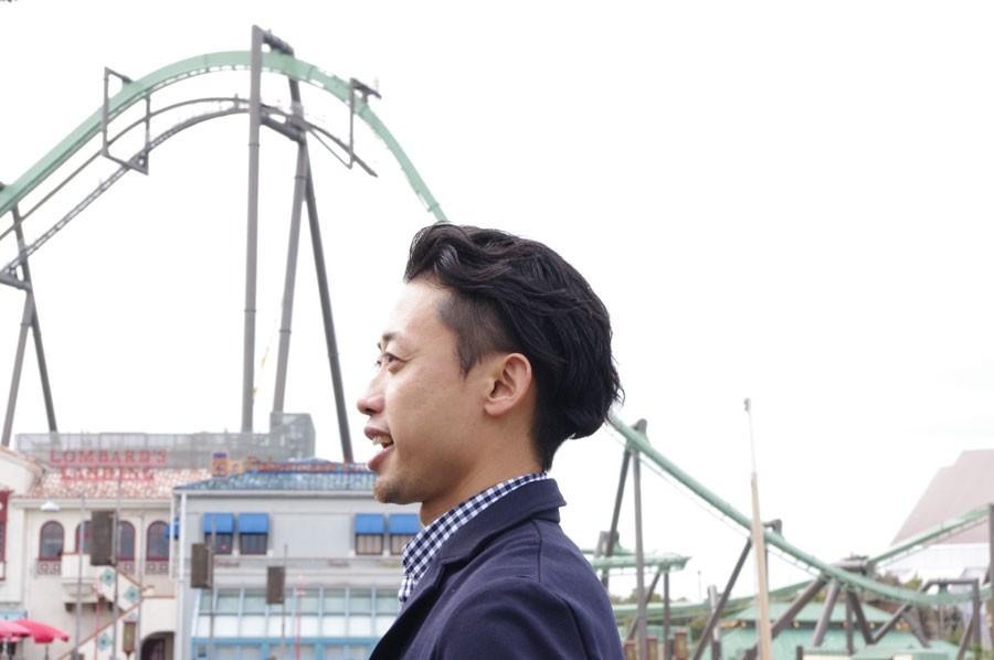 すでに試走が始まっているというレールをバックに話す、プロジェクトリーダーの近藤正之さん