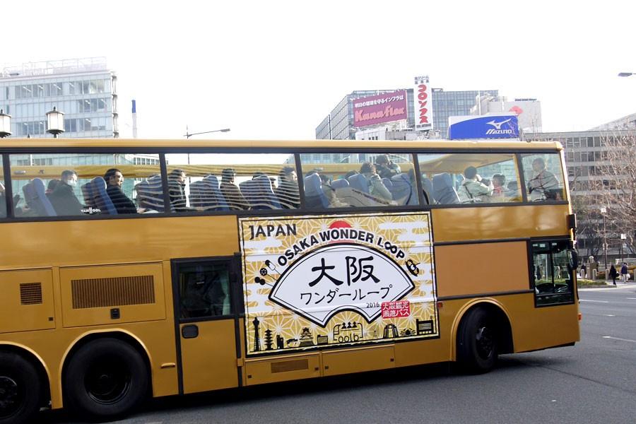 金色の移動式茶室をイメージした車体。おもてなしの心と派手さが大阪らしい
