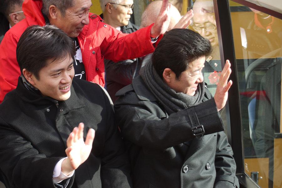 報道陣と共に試乗した松井知事(右)と吉村市長