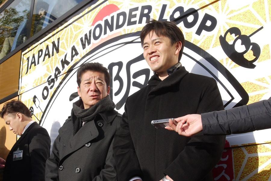 「大阪は観光を基幹産業にできる力を持つ街」と語る吉村市長(右)と松井知事