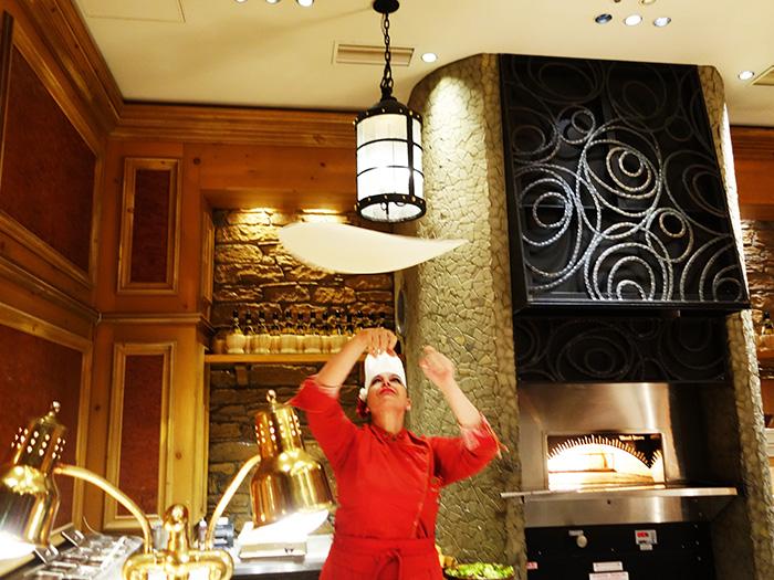 『ピザ・ワールド・チャンピオンシップ』で優勝した腕前をもつ新料理長オリアナ・ティラバッシ
