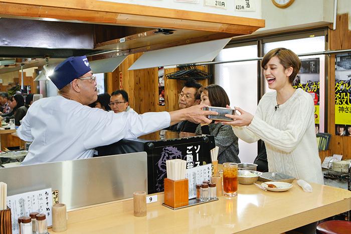 「串かつだるま・通天閣店」を訪れた女優・山崎紘菜