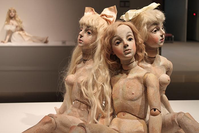 「SIMONDOLL 四谷シモン」より、ROOM3「ベルメールへのオマージュ」の展示風景