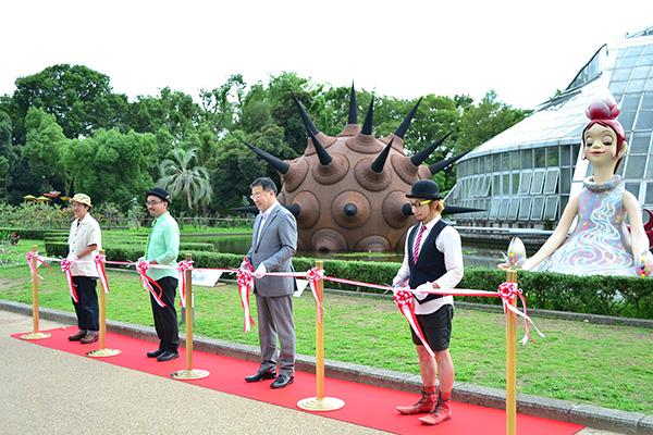 植物園の観覧温室「鏡池」前にて、山田啓二京都府知事と共に7月24日に行われたオープニングセレモニー