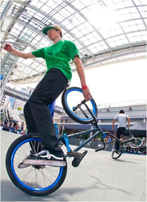 自転車を使ってアクロバティックなパフォーマンスも