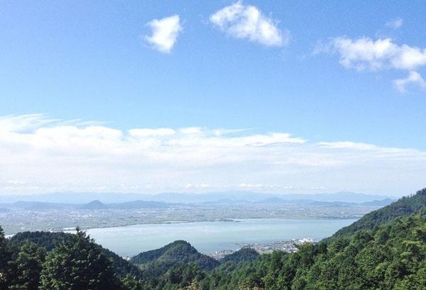 緑に囲まれ、琵琶湖を臨む素晴らしい立地