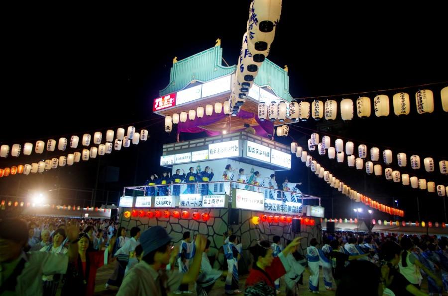 大阪城をモチーフとした地上3階建ての巨大なやぐらは盆踊り大会の名物に