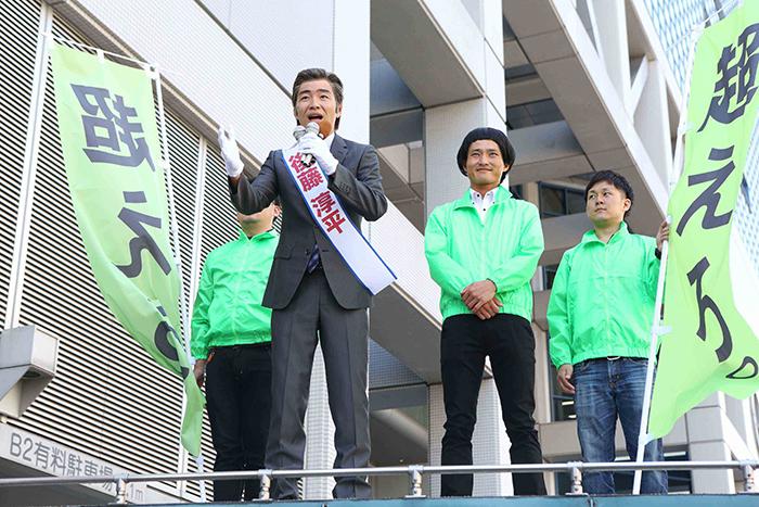 「ジャル市市長」に就任した後藤と運動員・福徳