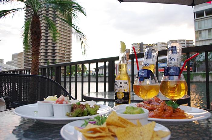 グアカモーレ(アボカドのディップ)、魚介類をマリネしたセビーチェ、コロナの瓶を挿したカクテル「コロナリータ」など