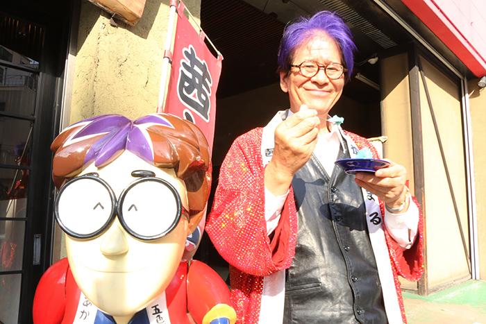 青いあんこ「爽快ラムネあん」を手に笑顔の茜太郎さん