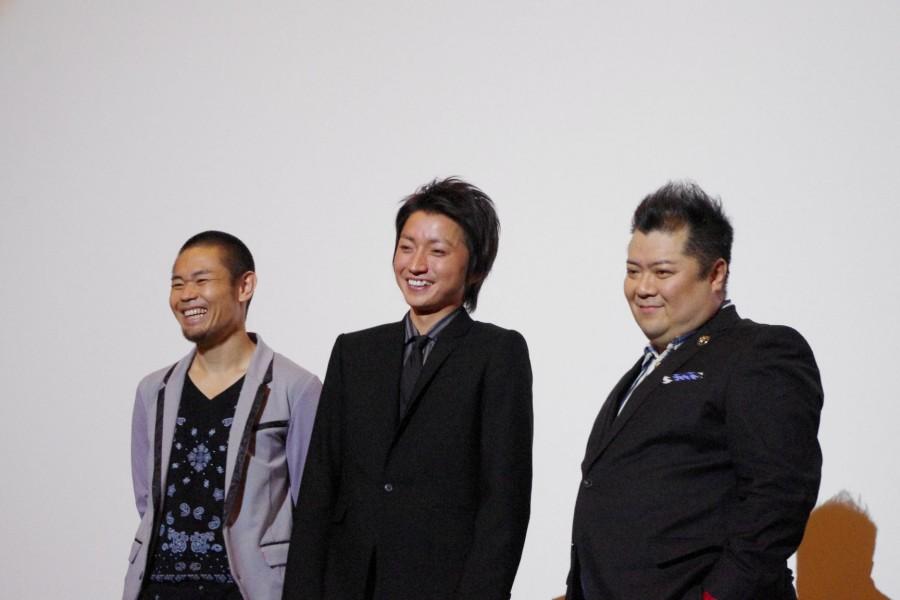左から品川ヒロシ監督、藤原竜也、ブラックマヨネーズ・小杉竜一