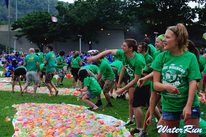 1万人規模の「水風船バトル」