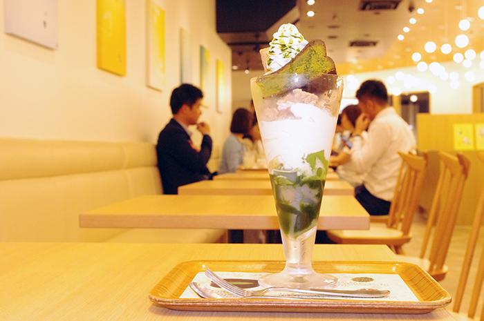 写真は抹茶生チョコレートパフェ(950円)