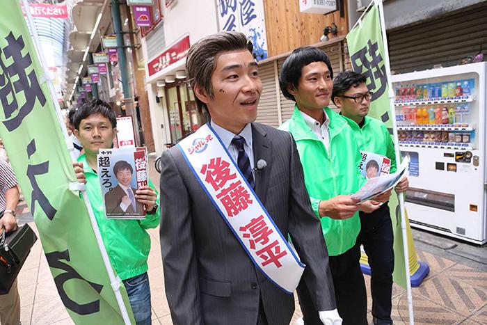 選挙さながらに車上からの演説、商店街を練り歩くなど、活発に運動する後藤市長
