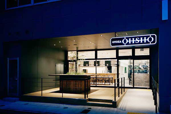 ロゴもアルファベットで一新、おしゃれな外観に。入口のウッドデッキには、立ち飲みカウンターが  撮影/Atsushi ISHIDA