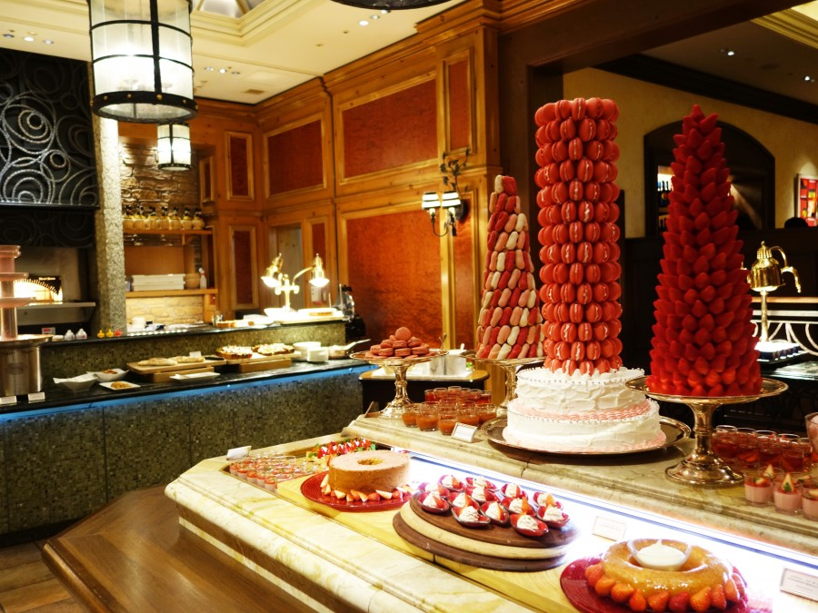 パンナコッタ、ティラミスなどイタリア菓子のほか、シフォン、パンケーキ、クレープなどの定番ものが並ぶ