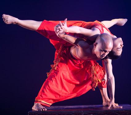 「瀬戸内アジア村ーAsia Performing Arts Maeket in Setouchi 2016/APAMS 2016」 の公演イメージ。写真はインドネシアのダンスグループ、ナン・ジョンバン・ダンス・カンパニーによるパフォーマンス
