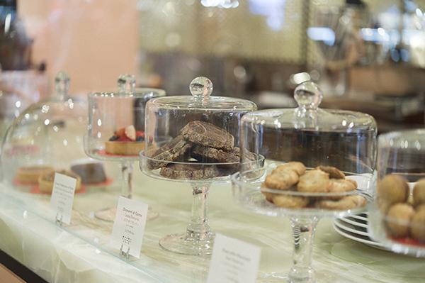 ビスコッティは、エスヘーゼルナッツ130円など、3種類。ほろりと口溶け、カプチーノ648円など、コーヒーによく合う