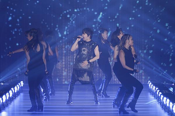 ダンサーを従えて熱唱するT.M.Revolution