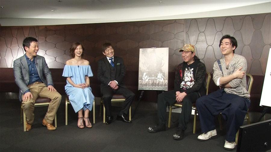右から公演後にインタビューを受ける大東駿介、古田新太