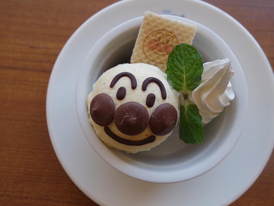 カフェの人気メニュー、アイスクリーム。バニラとチョコアイス入り