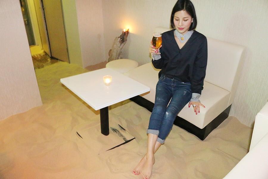 ベトナムから取り寄せた高級リゾート用の砂に、お酒を飲みながら思わず砂遊び