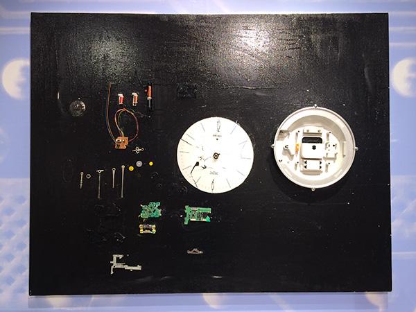 時計を分解した部品を並べてみた作品。本来あるべき姿を、違った視点でとらえる