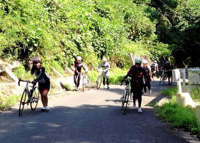 想像を絶する坂に自転車を下りて歩く人続出