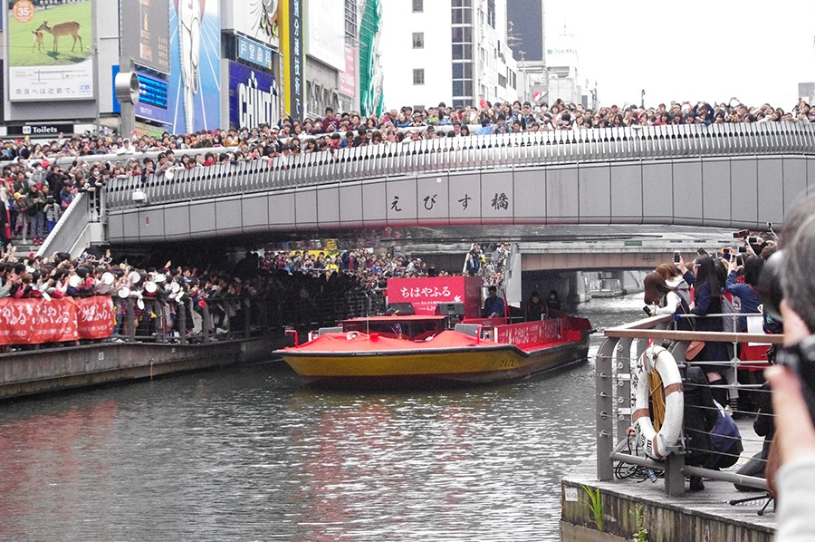 大阪ミナミの象徴「戎橋」上には溢れんばかりのファン