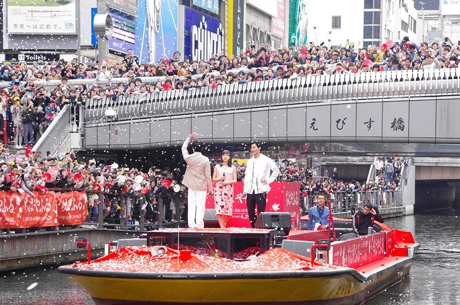 映画「ちはやふる」仕様の船で登場した広瀬すず、野村周平、真剣佑