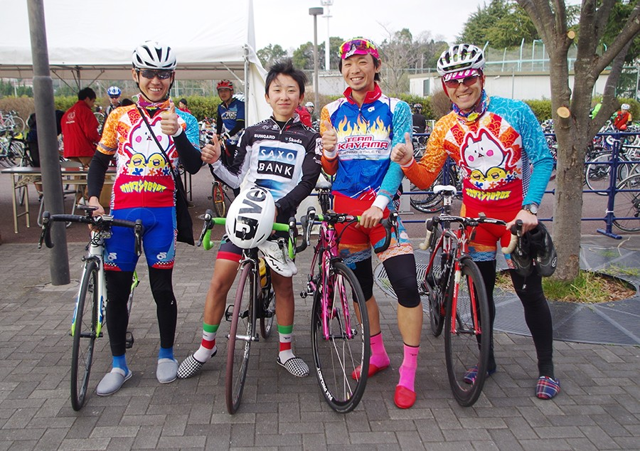 岡山から自走してきた4人。スリッパなのは会場で歩くとき自転車専用シューズが傷んでしまうから