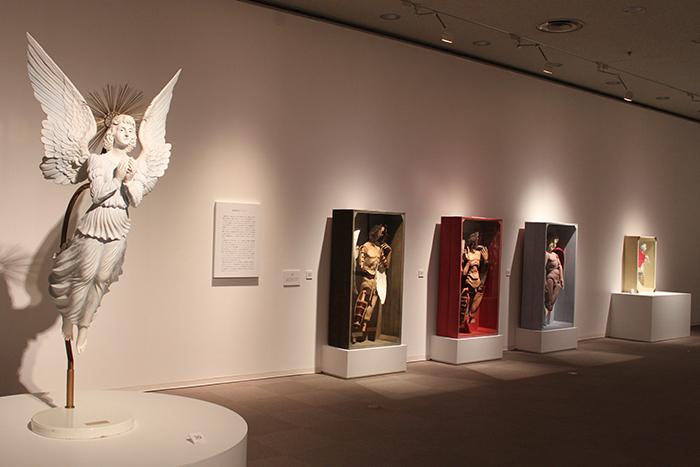 SIMONDOLL 四谷シモン」より、ROOM2「天使、キリスト」の展示風景