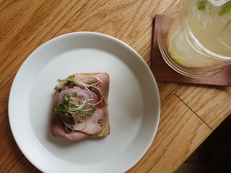 デンマークで伝統的なレシピ「獣医さんの夜食」。牛肉のハム、レバーペースト、コンソメのジュレ、玉ネギ、スプラウトと共に