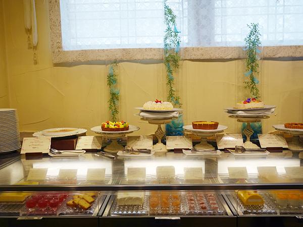 デザートコーナーは、最適な温度で提供できるよう冷蔵機器も導入