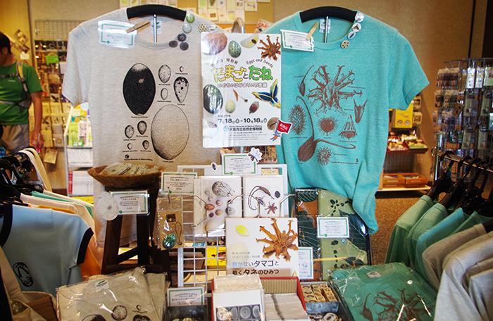 右のTシャツがひっつきむし8種、そのほか、芋虫のヌイグルミや、リアルなカエルのピアスも