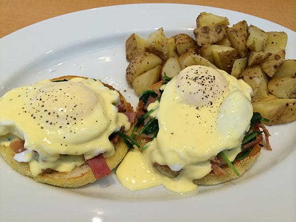 ごはんメニューの人気NO.1はエッグベネディクト スタンダード(ポテト付)1,250円。ベーコンと半熟卵に絡むオランデーズソースが絶品