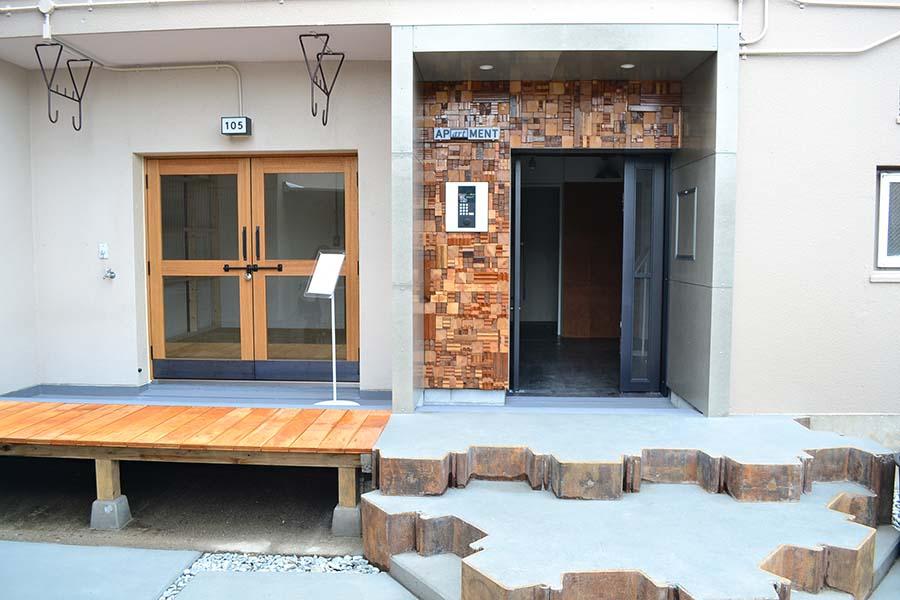 入り口足元には、北加賀屋の造船所などで使っていた資材が使われている