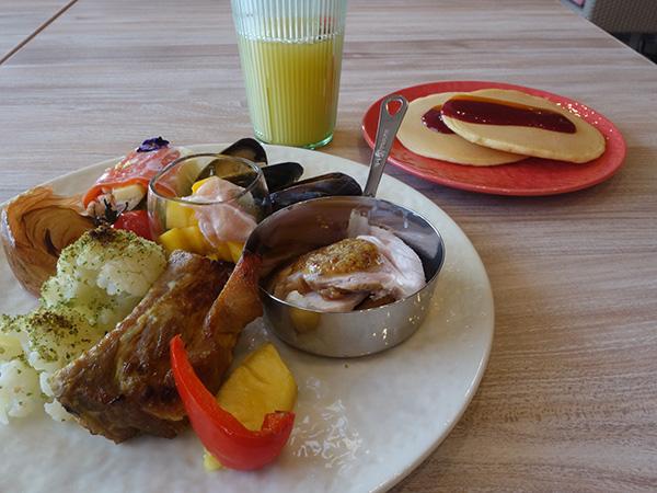 カレー風味のスペアリブ、ハニーマスタードとローストポーク、パンケーキなどがハワイメニューとして登場