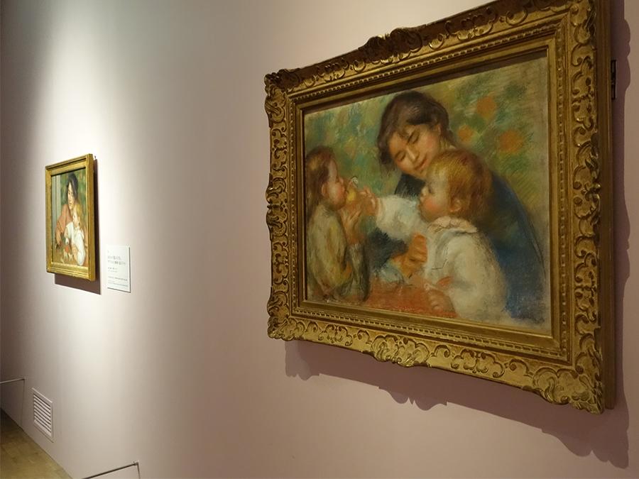 手前が《りんごを持つ子ども またはガブリエル、ジャン・ルノワールと少女》