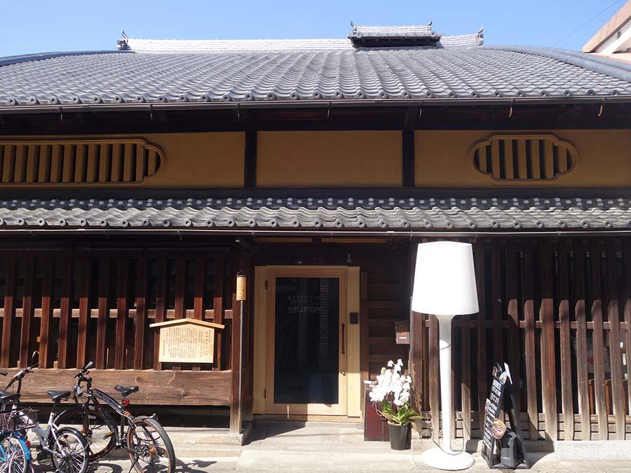 平成2年に、奈良市指定文化財に。横田屋の屋号で営む醤油の商家だった
